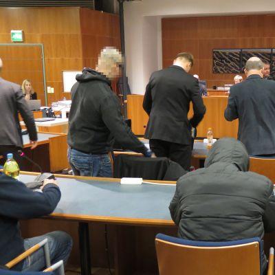 Syytettyjä istuntosalissa.