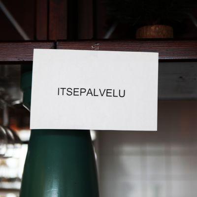 Itsepalvelu-kyltti hotelli Särkässä.