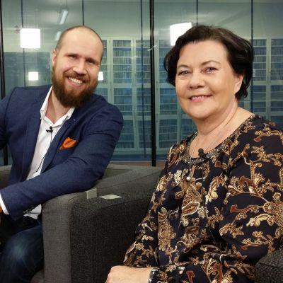 Kansanedustajat Touko Aalto (vihr.) ja Aila Paloniemi (kesk.) Yle Jyväskylän Nettistudiossa.