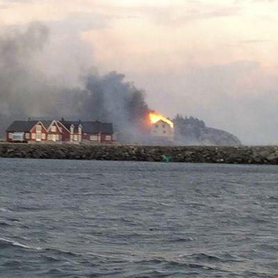 Rakennuksia tulessa Hasvågin kylässä 28. tammikuuta 2014.
