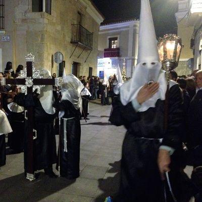 Pyhäinkuvia kantavat katoliset veljeskunnat pukeutuvat perinteen mukaan kaapuun ja soiroon huppupäähineeseen.