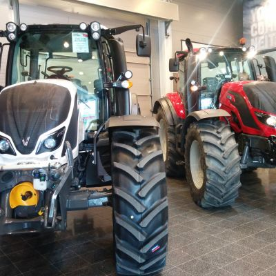Kaksi traktoria.