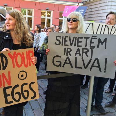 Aktivisteja Latvian parlamentin edessä.