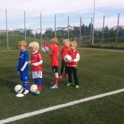 Lapsia jalkapalloharjoituksissa.