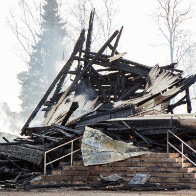 Ylivieskan palanut kirkko.