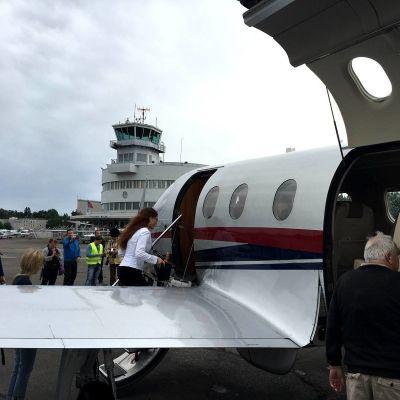 Go! Aviation -yhtiön Pilatus PC 12 NG -lentokone esittelyssä Malmin lentokentällä heinäkuussa 2016.