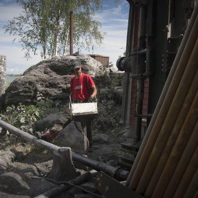 Pohjanmaan Porakaivo Oy:n poraaja poraa kaivoa Maalahden saaristossa.