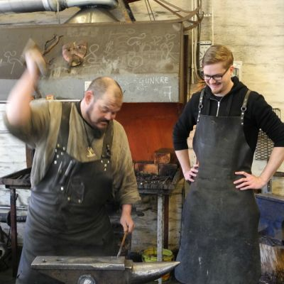 Sepän pajalla valmistetaan naulaa. Jyväskyläläinen seppä Markus Ahola takoo ja toimittaja Esko Pulliainen seuraa.