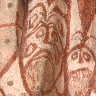 pikku pirulaisia Hollolan kirkon seinällä
