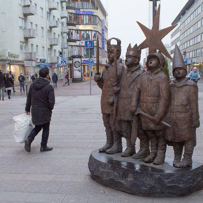Tiernapoikapatsas Oulun Rotuaarilla.