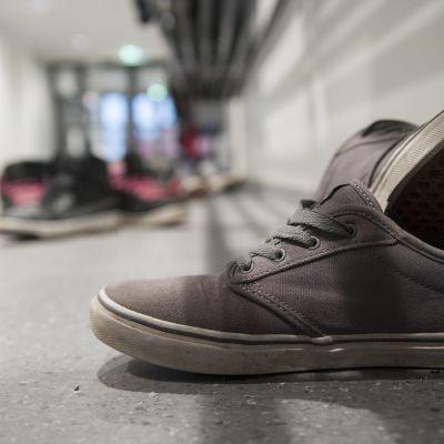 Kengät käytävällä.