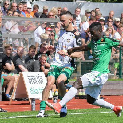 Mohamed Doumbia kämpar om bollen, Jens Mattfolk står vid sidlinjen