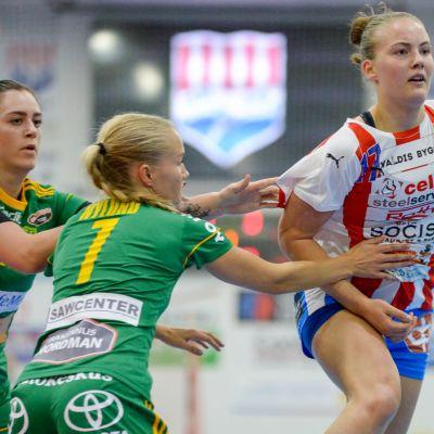 Jannica Kullberg kastar  bollen till en medspelare.