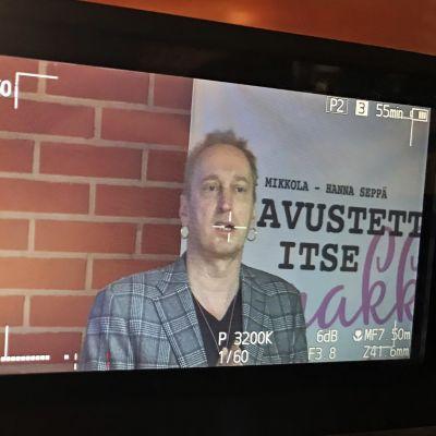 Teatterinjohtaja Otso Kautto kameran etsimessä.