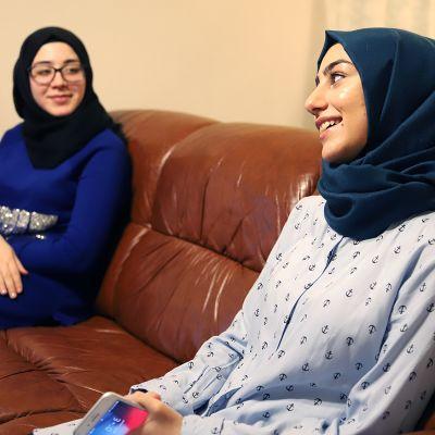 Syyrialaiset tytöt asunnossaan Orimattilassa.