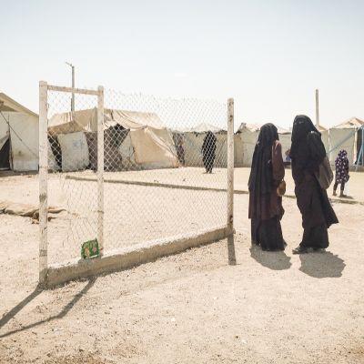 Kaksi suomalaisnaista al-Holin telttaleirissä Syyriassa