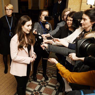 Hallitus etsi lääkkeitä työllisyyteen - pääministeri Sanna Marin ja työministeri Tuula Haatainen kertovat mistä iltakoulussa puhuttiin