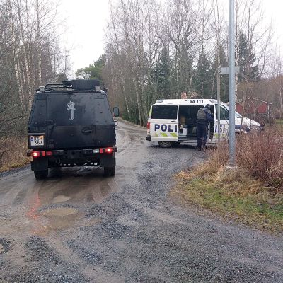 Poliiseja Porin Pihlavassa.