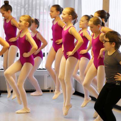 Balettitanssijat harjoittelevat