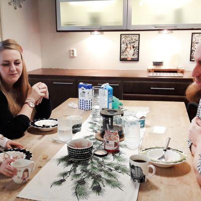 Saga, Liisa ja Jussi Oja aamiaisella kotinsa keittiössä.
