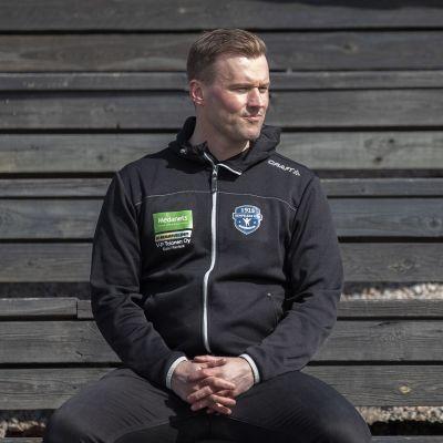 Juha-Matti Ranta istuu pesäpallostadionin katsomossa