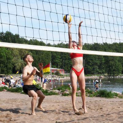 Beach volleyn pelaajia Helsingin Lauttasaaressa.
