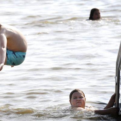 Kuvassa lapset uivat rannalla Järvenpäässä.