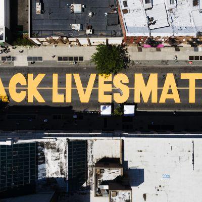 Kuvassa on New Yorkissa katuun maalattu teksti: Black Lives Matter.