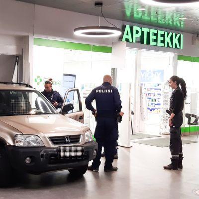 Henkilöauto ajoi maanantaina sisälle kauppakeskus Megahertziin Helsingin Herttoniemessä.