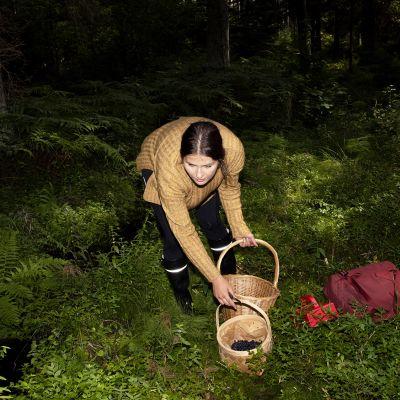 Nea Donner marjastaa ja sienestää metsässä.
