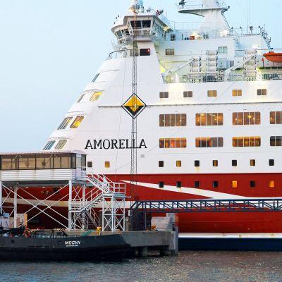 Viking Linen risteilyalus Amorella saapumassa Långnäsin satamaan.