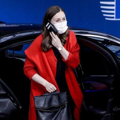 Sanna Marin poistuu autosta ja puhuu kännykässä