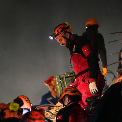 Pelastustyöntekijöitä Turkin Izmirissä.