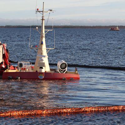Myrskyn upottama öljyntorjunta-alus Virpiniemessä.