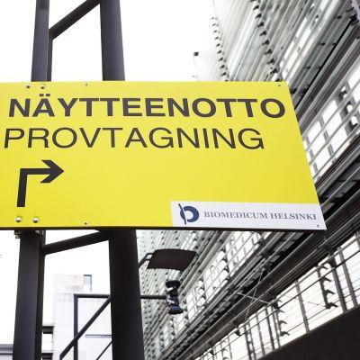 Koronatestin näytteenottopiste Helsingin ja Uudenmaan sairaanhoitopiirin HUS:in Meilahden sairaala-alueella Helsingissä.