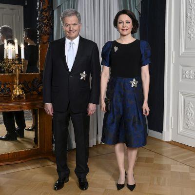 Tasavallan presidentti Sauli Niinistö ja rouva Jenni Haukio poseeraavat presidenttiparin kuvauksessa ennen itsenäisyyspäivän ohjelmaa Presidentinlinnassa Helsingissä 6. joulukuuta.