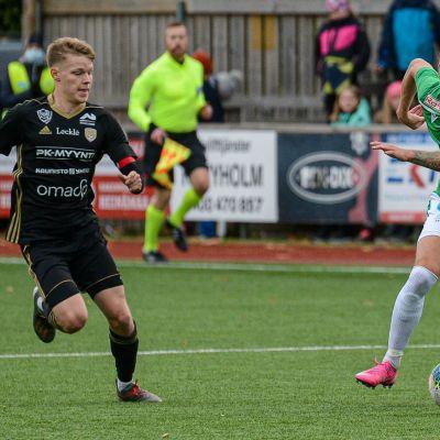 Juuso Liukkonen löper med bollen i fötterna.