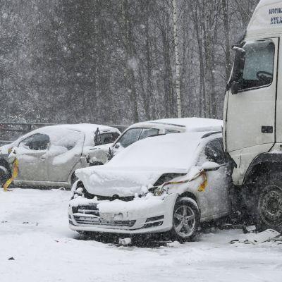 Kolaroituja ajoneuvoja Turunväylällä Espoossa.