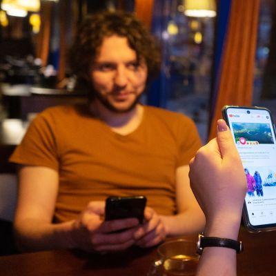 Moskovalaiset Anton Nabok ja Aljona Gorodetskaja selaavat puhelimesta Youtube-videoita.