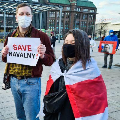 Noin 120 henkilö osoittamassa mieltään Aleksei Navalnyin vapauttamisen puolesta Helsingin Narinkkatorilla.