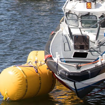 Loviisan edustalla juhannuspäivänä karille ajanutta ja uponnutta merivartiovene PV 183 nostetaan Keipsalon itäisellä selällä 24. kesäkuuta 2020.