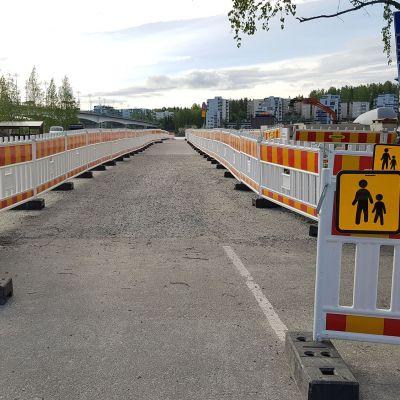 Kevyttä liikennettä ohjaavia työmaa-aitoja Jyväskylän Lutakon satamassa.