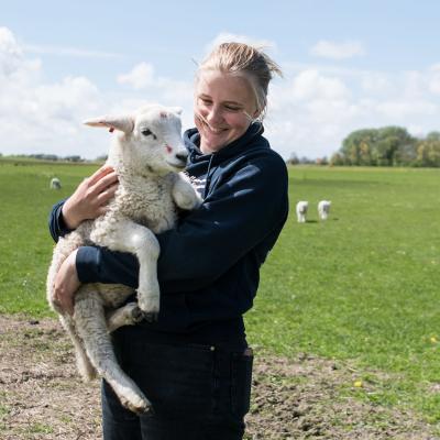 Sophie Backsen lammas sylissään.
