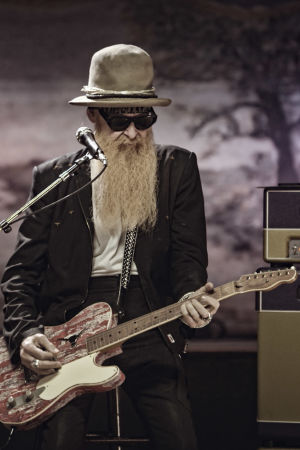 ZZ Topin Billy Gibbons soittaa kitaraa lavalla. Kuva dokumenttielokuvasta ZZ Top: That Little Ol' Band from Texas.