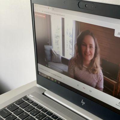 Kajaanin ammattikorkeakoulusta liikunnanohjaajaksi valmistuva Jenni Humalajoki etähaastattelussa videopuhelun kuvassa.