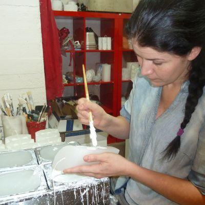 Maria Drockila taiteilee kynttilöitä pajallaan Orimattilassa