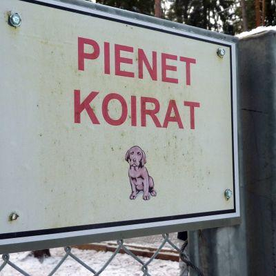 Koirapuiston kyltti