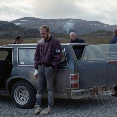 Viimeiset-elokuvan näyttelijöitä keskellä Lapin tunturimaisemaa.