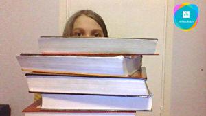 En flicka blickar över en hög med bilder.