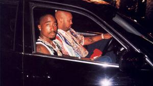 Tupac Shakur bredvid Suge Knight i BMW